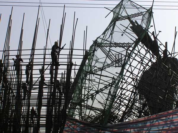12月13日凌晨四点四十分,广清高速公路连接线主线工程广州市白云区增槎路江南农贸市场路段施工现场正在施工的一段高架桥支架发生坍塌事故。造成1人死亡,1人失踪,7人受伤(其中重伤1人),受伤者已就近送院治疗。   事故发生后,省委常委、市委书记林树森立即作出指示,要求全力搜救被压人员;全力抢救受伤人员;认真查清事故原因,严肃处理,举一反三,进行一次全市安全大检查,避免类似事故再次发生。副省长游宁丰立即指示,请广州市尽快组织救治伤员,迅速查明事故原因,吸取教训。市委副书记、市长张广宁立即指示,迅速组织抢救