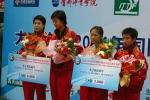 图文:乒联总决赛结束 女双冠亚军在领奖台上