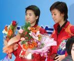 图文:乒联总决赛结束 王楠张怡宁在领奖台上