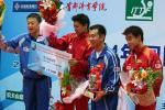 图文:乒联总决赛结束 男双冠亚军在领奖台上
