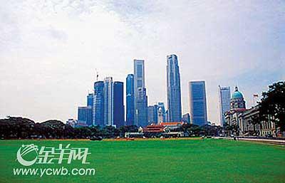 去年10月下旬,为了更好地为夫人治疗,李光耀让新加坡航空公司一架班机