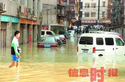 景豪商业大厦一名负责人则表示,他们地处积水最深处,楼下商户十几