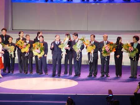 图文:联想二十年纪念大会上老员工接受献花