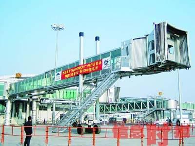 广州白云机场引进亚洲首条巨型客机登机桥(图)