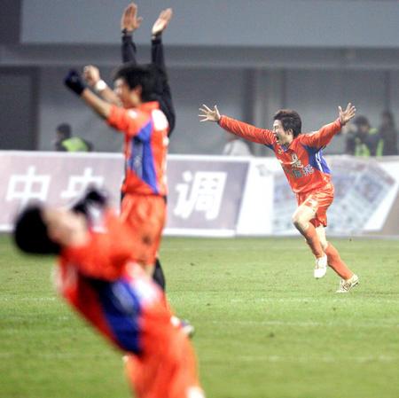 [体育](1)足球�D�D足协杯:山东鲁能夺冠