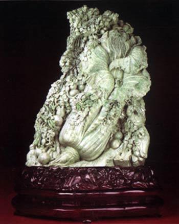 """他此前创作的玛瑙《八仙过海》被定为""""国宝""""."""