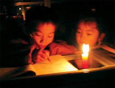 盐城昨大面积停电 双胞胎烛光中诞生