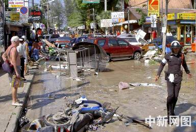 图:泰国普吉岛遭海啸袭击 现场一片狼籍