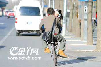 昨天,在北京西三环为公桥附近,记者看到一个男孩骑着自行车载着一女孩,女孩坐在自行车大梁上,转过身搂着骑车的男孩接吻,一路上两个人还说说笑笑。两人关系好,也要注意交通安全啊!这样多危险啊!一位路人感叹道。刘晶王巍摄影报道   (金陵/编制)