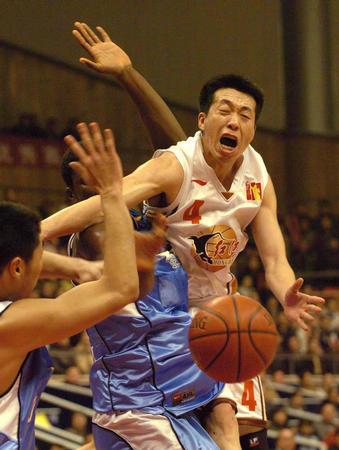 云南红河胜北京首钢 贾楠在比赛中拼抢