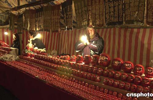 日本东京新年街头的夜市上,各种传统年节吉祥物热销.