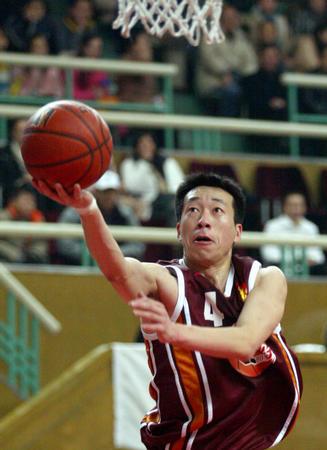 上海不敌云南 贾楠在比赛中上篮