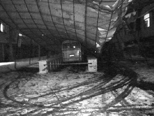大雪压塌钢结构大棚图片