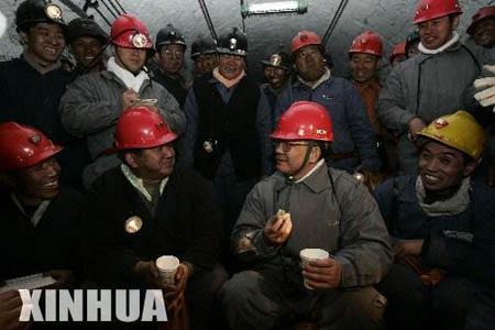 溫家寶總理慰問煤礦工人 (C)新華社