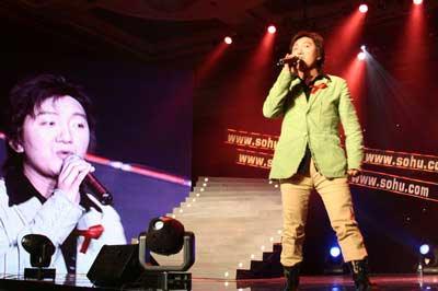 组图:杨臣刚现场演唱《老鼠爱大米》