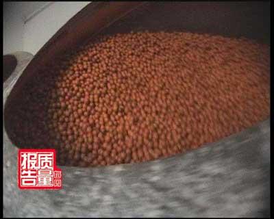 """《每周质量报告》:花生豆的""""新衣"""""""