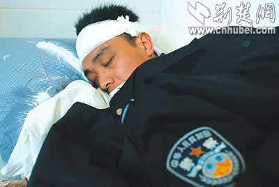武汉百余民警查处赌窝遭袭 五名民警被打伤(图)