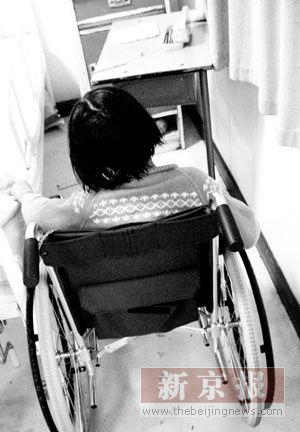 上周五晚上,她乘坐飞机抵达北京.前天,她还坐着轮椅登上了长城.