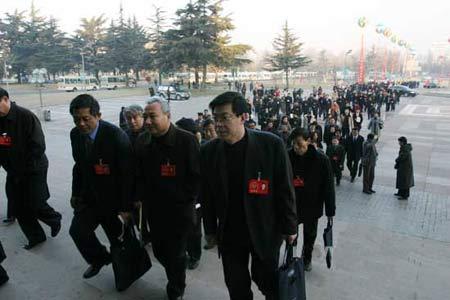 图文:山东省政协委员们到达会场