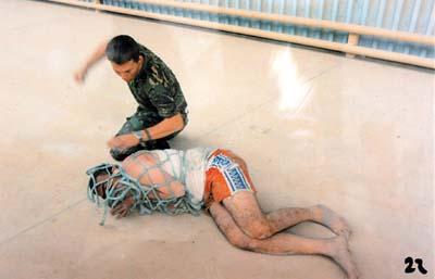 一名伊拉克人被捆绑起来