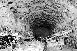 程地下电源电站厂房部位的开挖作业现场(资料图片,摄于去年7月