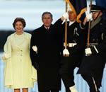 布什与劳拉在庆典礼台上