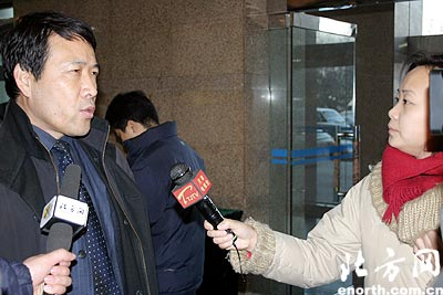 位来到天津宾馆大厅报到的政协委员-刘柏廷(组