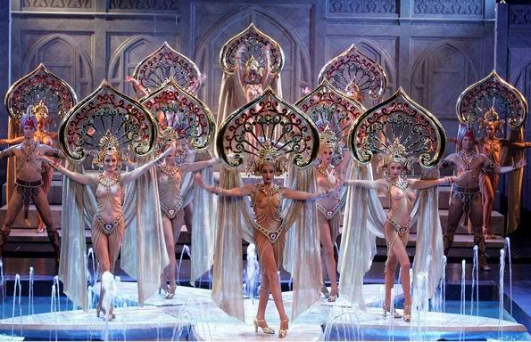 演員們的衣飾均經過著名服裝設計師精心設計,每人的頭飾重達13公斤