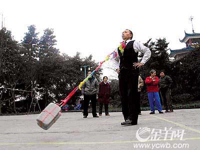 重庆奇人公园表演绝技 钢针穿喉提砖飞转(组图)
