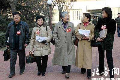 图文:天津市政协十一届三次会议委员陆续报到