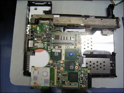 拆机 ibm r50 r51 r52 笔记本电脑风扇(图);   主板被拿下来了,注意