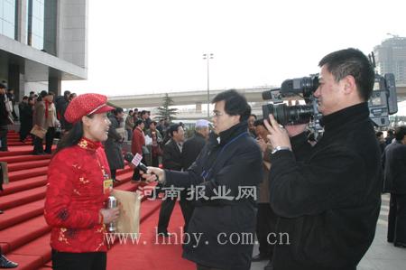 人大代表走出会场接受媒体采访(组图)