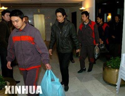 在伊拉克获释的8名中国公民启程回国