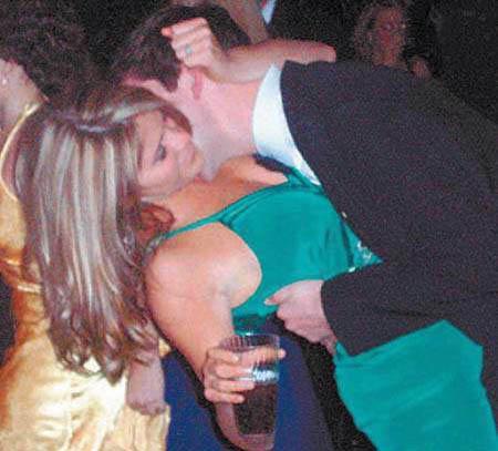 布什千金激情拥吻神秘男图