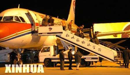 8名在伊被挟持的中国公民19时40分抵达福州机场