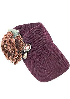 别上毛呢玫瑰花以及复古珍珠镶钻胸针的深紫红色毛线毛帽