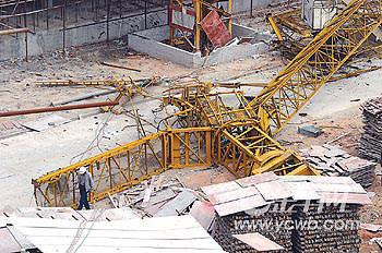 2013年塔吊事故图片_工地塔吊倒塌砸毁工棚事故至少致一死一伤