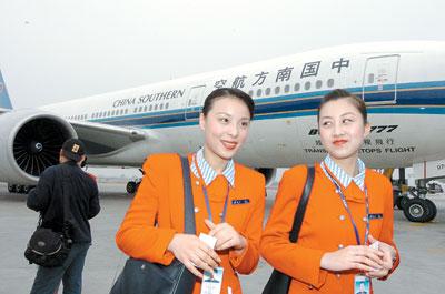 三舱的宽体波音777飞机将承载着20名机组,乘务,4名机务,随行领导人员