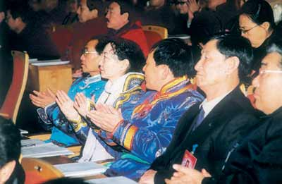 图文:政协委员听取工作报告