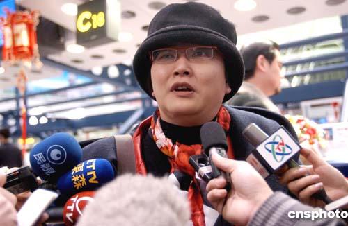 刘海若乘首航班机抵达台北:我见证了历史(图)