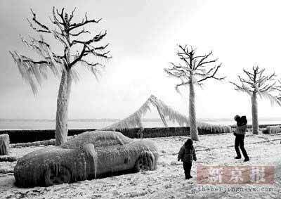 """罕见寒流""""冻彻""""欧洲大陆 交通因暴风雪而瘫痪"""