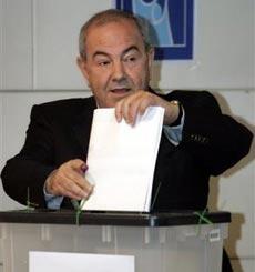 伊临时政府总理阿拉维参加投票