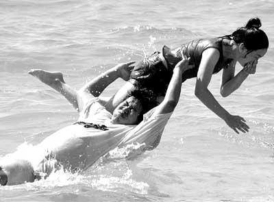 曾经遭受海啸袭击的泰国普吉岛巴东海滩正式向