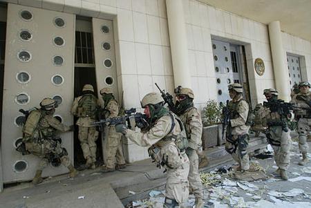 """由于伊拉克境内反美反政府武装组织多属于零散活动四面出击的""""游击"""