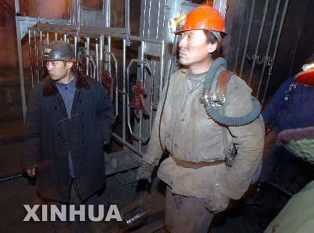 图片:救护队队员准备下井救援