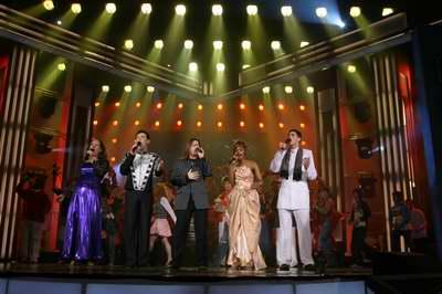 图文:多国选手和郭峰一起演唱《心手相连》