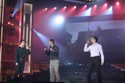 图文:2005年复赛选手―多国选手唱《奔跑》