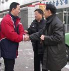 图文:新主任现身中国足协 谢亚龙与董华握手