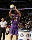 图文:NBA全明星混合投篮 魔术师约翰逊投篮