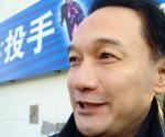 图文:副主席谢亚龙患感冒 谢亚龙到医院打点滴